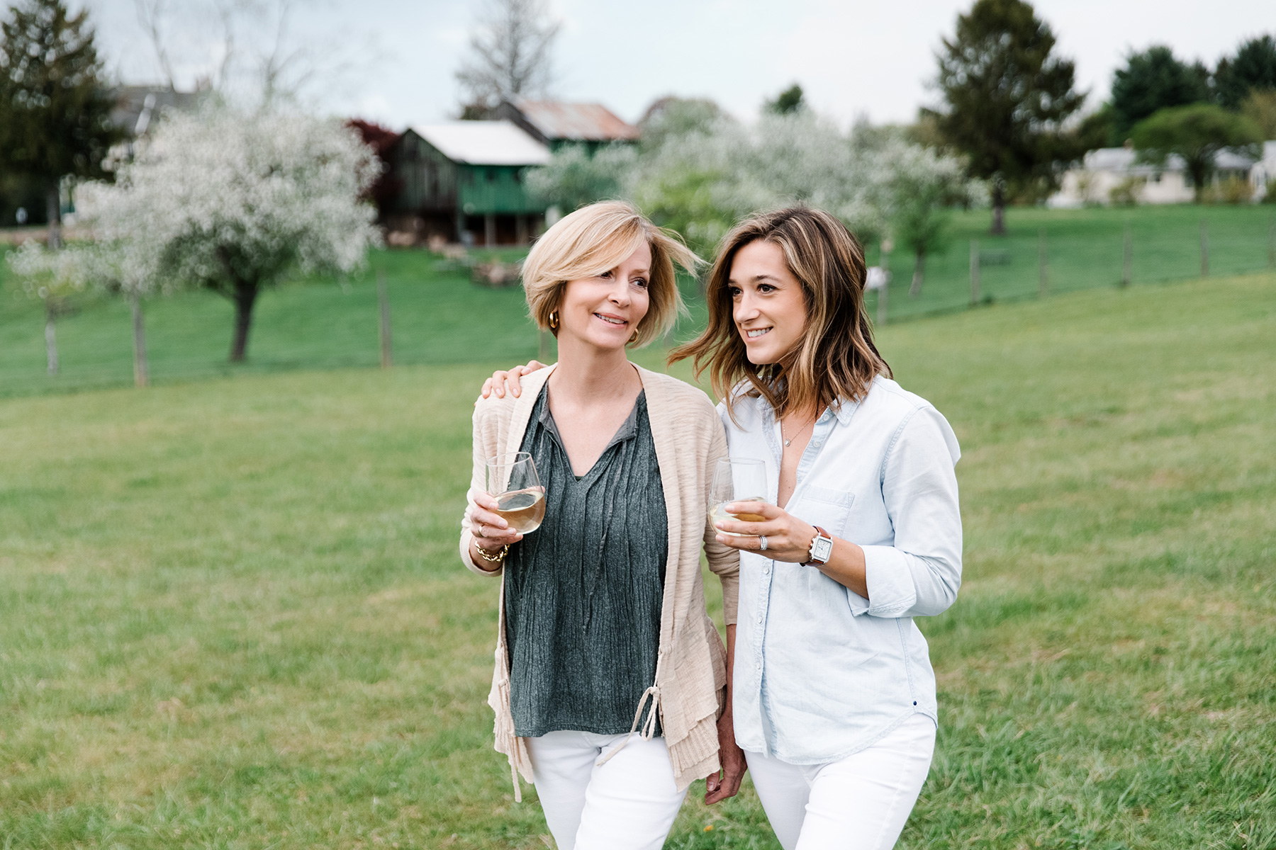 photo-lifestyle-mother-and-daughter-at-winery__pa-wines